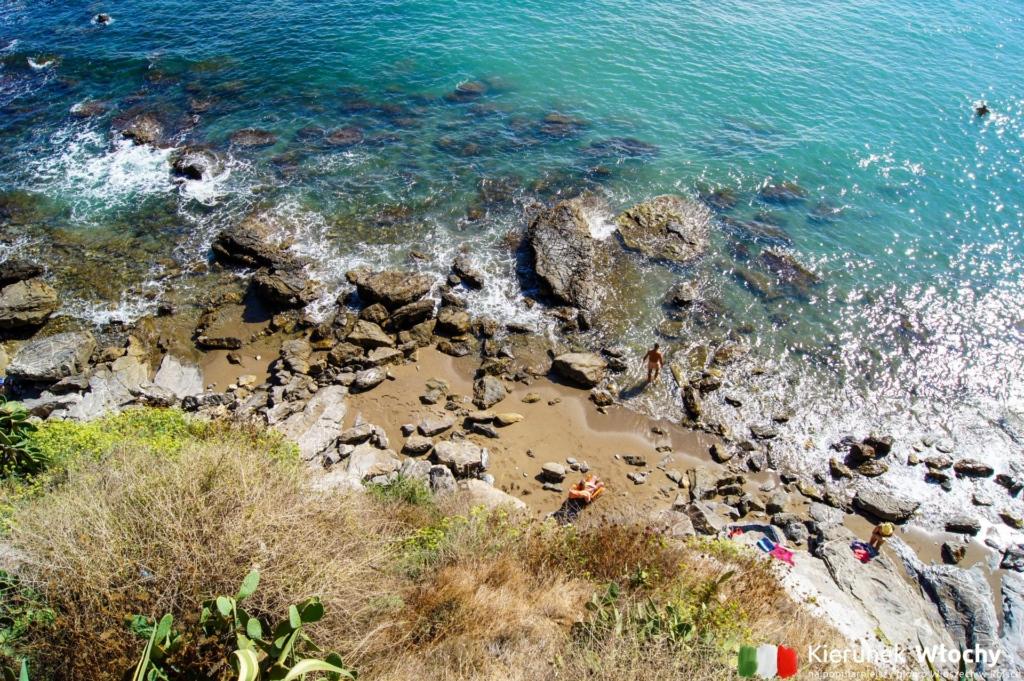 jedna z plaż blisko centrum (fot. Łukasz Ropczyński, kierunekwlochy.pl)
