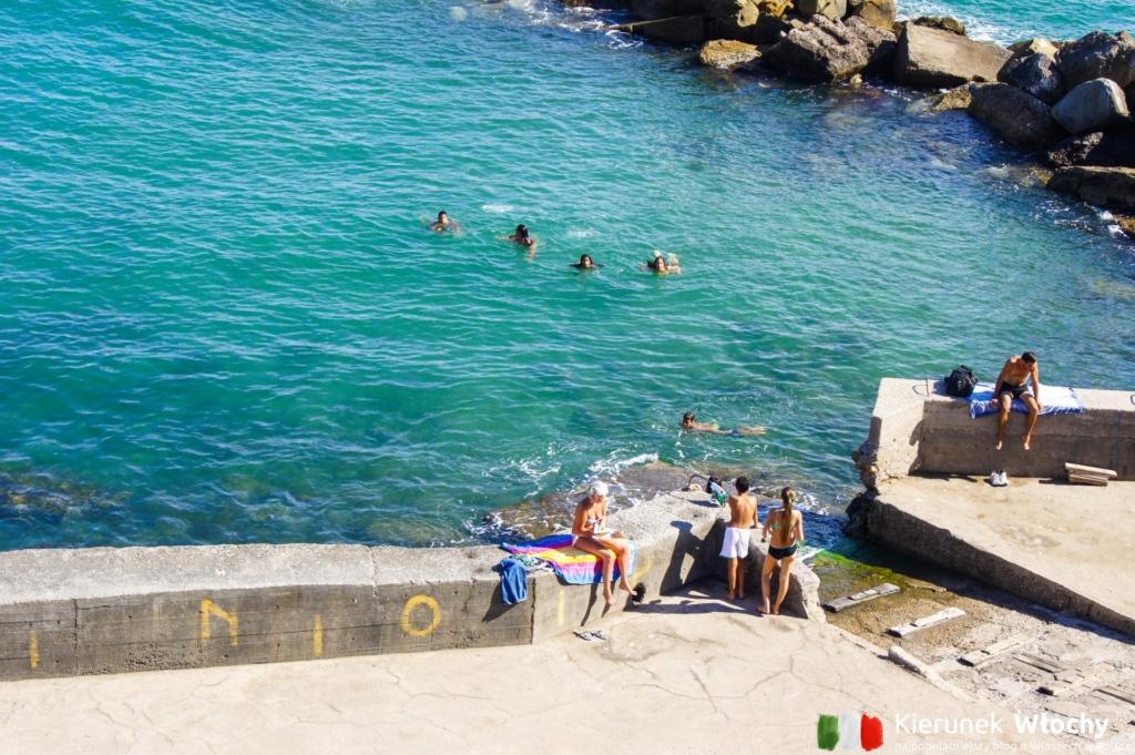 zejście do morza przy Piazza Bovio (fot. Łukasz Ropczyński, kierunekwlochy.pl)