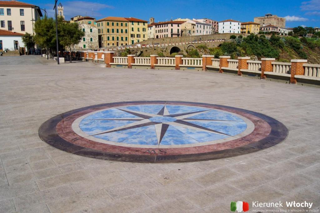 zegar słoneczny na Piazza Bovio (fot. Łukasz Ropczyński, kierunekwlochy.pl)