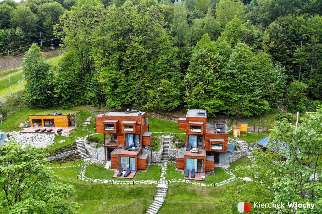 cały obiekt otoczony jest lasem (fot. Łukasz Ropczyński, kierunekwlochy.pl)