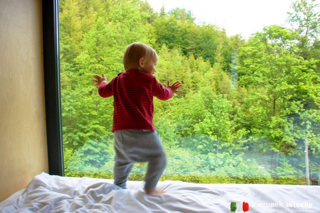 nasz 15-miesięczny wtedy Milan podziwia widok z okna, Apartamenty Szuflandia w Wiśle (fot. Łukasz Ropczyński, kierunekwlochy.pl)