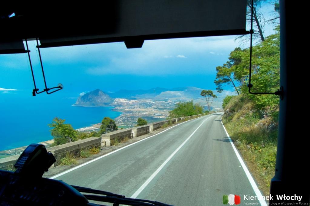widok z autobusu zjeżdżającego z Erice, Sycylia, wakacje we Włoszech (fot. Łukasz Ropczyński, kierunekwlochy.pl)