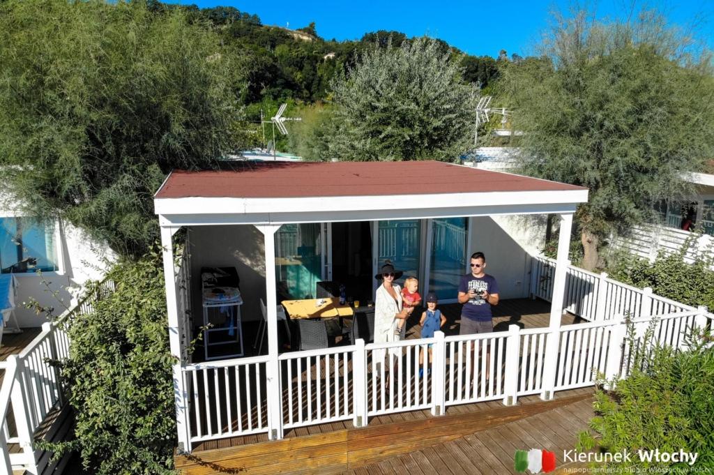 tak wyglądał nasz domek z drona, Girasole Eco Family Village - kemping nad Adriatykiem (fot. Łukasz Ropczyński, kierunekwlochy.pl)