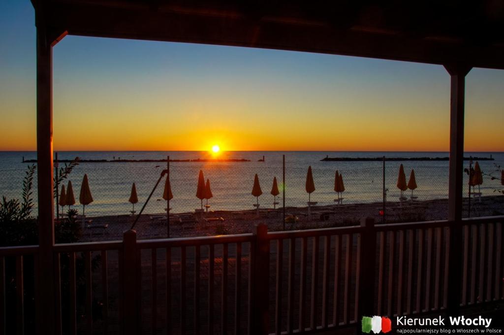 poranny wschód słońca, który podziwiałem pijąc kawę na tarasie naszego domku, kemping nad Adriatykiem Girasole Eco Family Village, Włochy (fot. Łukasz Ropczyński, kierunekwlochy.pl)