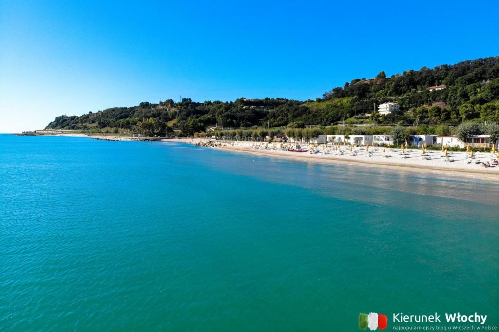 widok z drona na kemping nad Adriatykiem Girasole Eco Family Village, Marche, Włochy (fot. Łukasz Ropczyński, kierunekwlochy.pl)