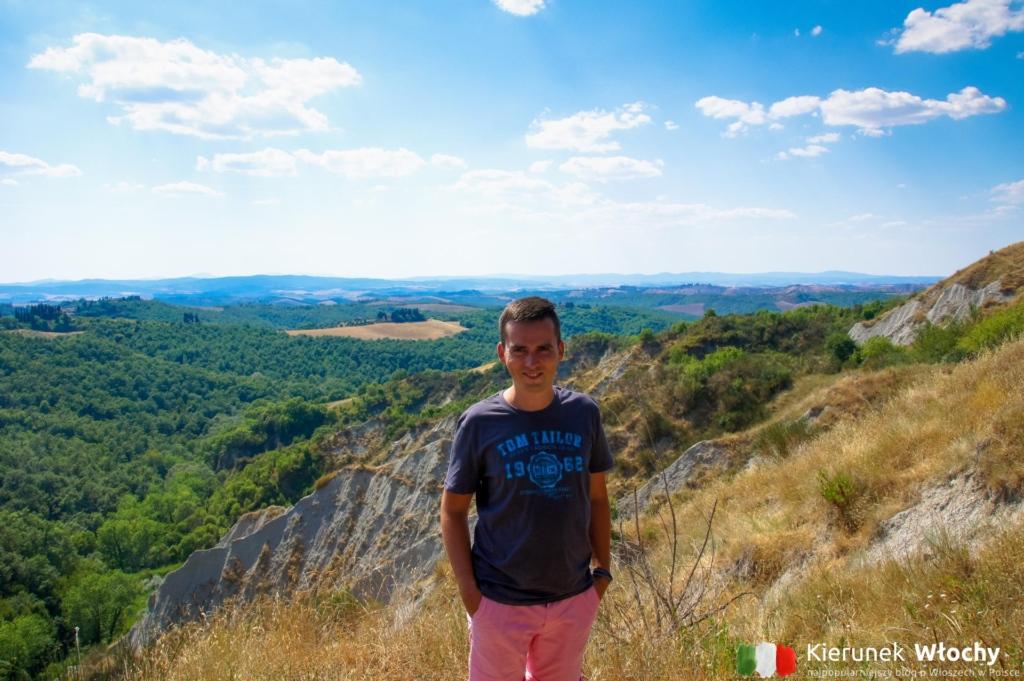 za moimi plecami charakterystyczny krajobraz Crete Senesi (fot. Łukasz Ropczyński, kierunekwlochy.pl)