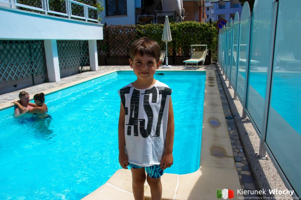 mogliśmy też korzystać z basenu w sąsiednim apartamentowcu (fot. Łukasz Ropczyński, kierunekwlochy.pl)