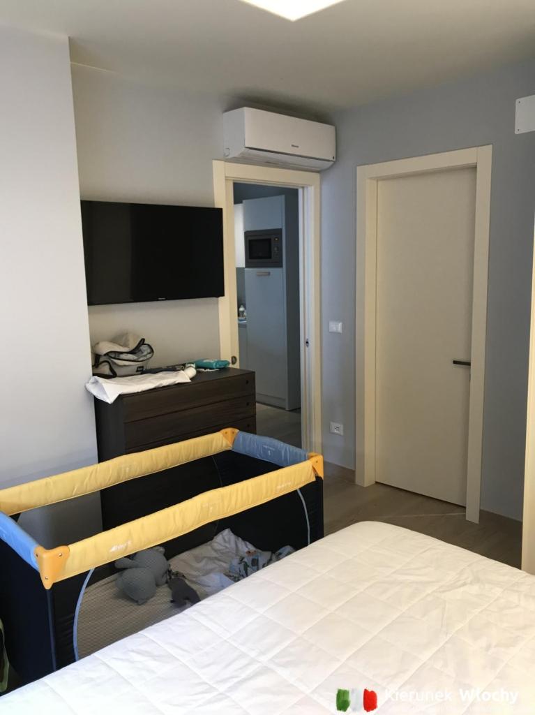 Milan spał w łóżeczku niemowlęcym, Natan na dodatkowym łóżku w salonie (fot. Łukasz Ropczyński, kierunekwlochy.pl)