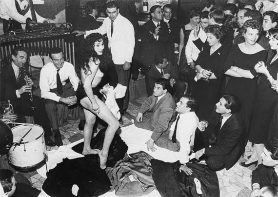 Aichè Nana w trakcie słynnego striptizu 5 listopada 1958 roku podczas prywatnej imprezy w restauracji i klubie nocnym Rugantino przy Via Veneto w Rzymie (fot. Wikipedia)