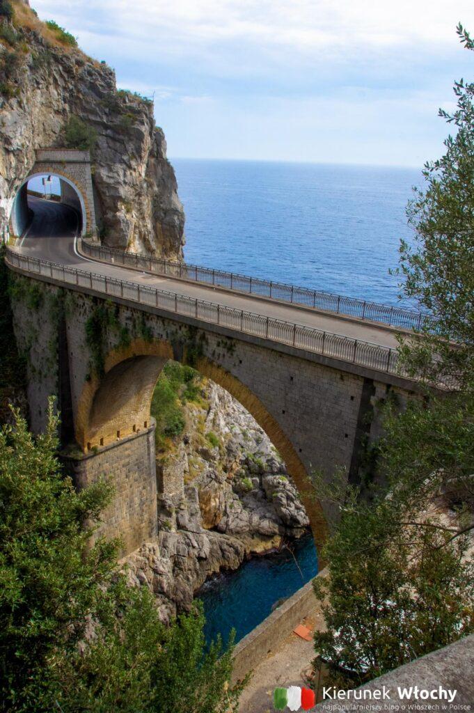 słynna droga Amalfitana, odcinek pomiędzy Positano, a Amalfi (fot. Łukasz Ropczyński, kierunekwlochy.pl)