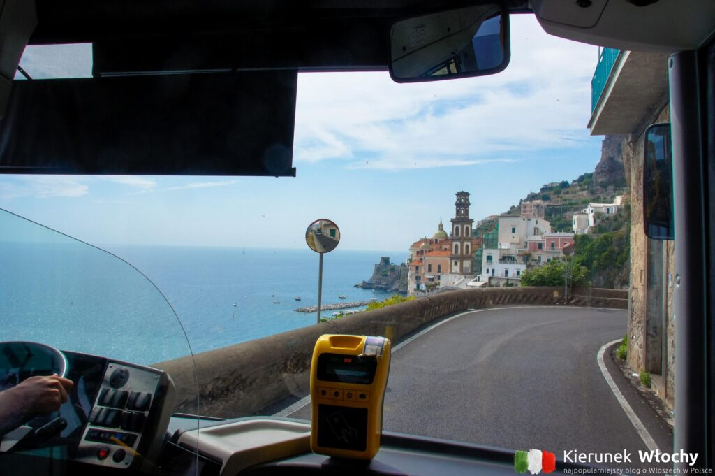 wąska i jakże malownicza Amalfitana z perspektywy pasażera autobus, Wybrzeże Amalfi, Włochy (fot. Łukasz Ropczyński, kierunekwlochy.pl)
