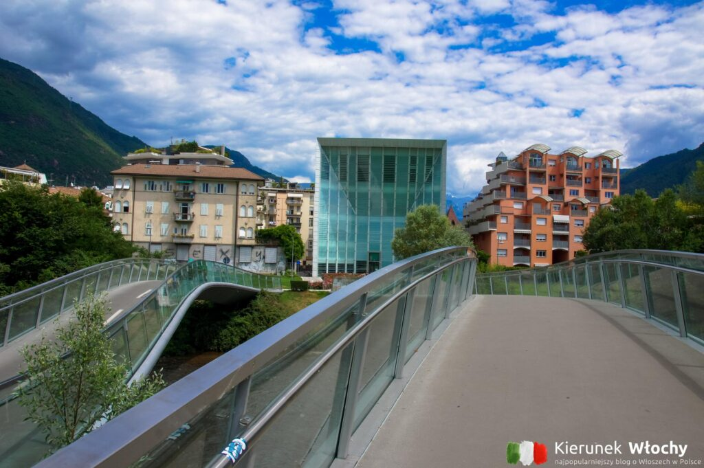 mosty nad potokiem Talvera, w tle Stiftung Museion - muzeum sztuki współczesnej w Bolzano (fot. Ł. Ropczyński, kierunekwlochy.pl)