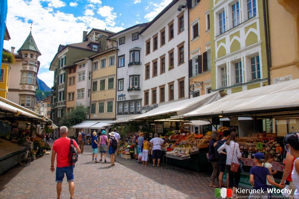 Piazza delle Erbe, Bolzano, Włochy (fot. Ł. Ropczyński, kierunekwlochy.pl)