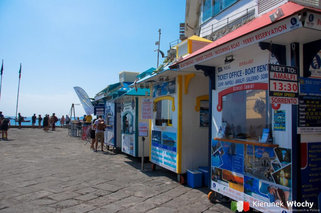 budki z biletami na statki różnych przewoźników w Positano, Costiera Amalfitana, Włochy (fot. Łukasz Ropczyński, kierunekwlochy.pl)