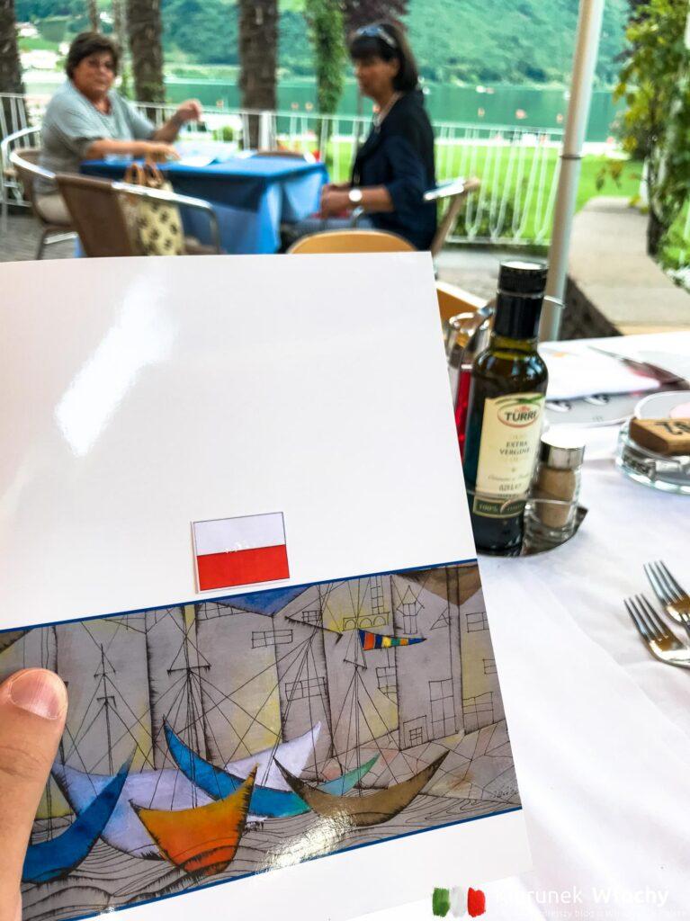 nasz stolik poznaliśmy po tym, że na menu była polska flaga (fot. Ł. Ropczyński, kierunekwlochy.pl)