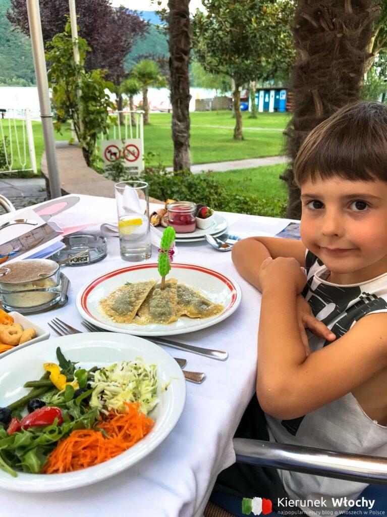 Natan miał swoje dziecięce menu, ravioli z szałwią (fot. Ł. Ropczyński, kierunekwlochy.pl)