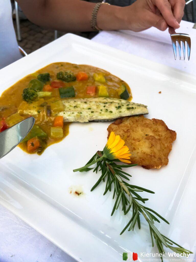 ryba z warzywami i lokalnym placuszkiem (fot. Ł. Ropczyński, kierunekwlochy.pl)