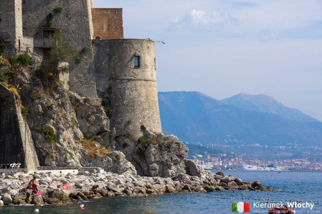 Torre di Cetara, a w tle Salerno (fot. Ł. Ropczyński, kierunekwlochy.pl)