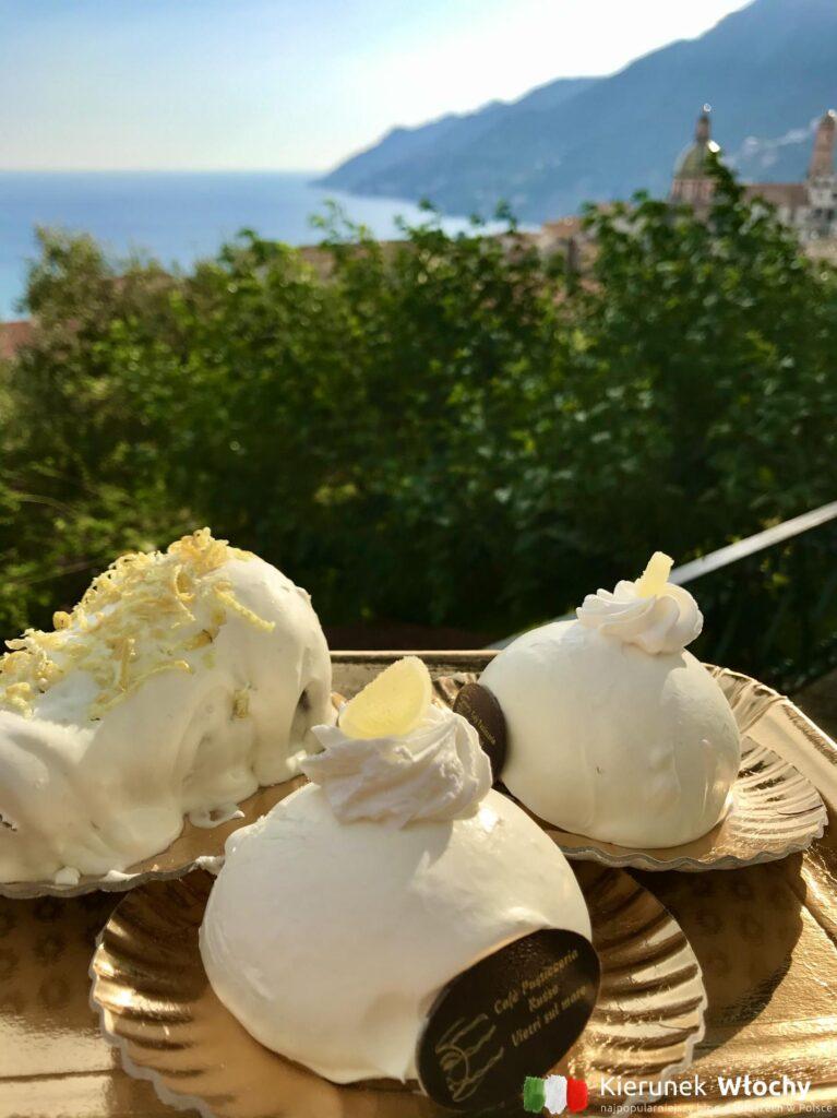 po prawej stronie Delizia al Limone, po lewej inny lokalny przysmak Wybrzeża Amalfitańskiego nasączony cytryną (fot. Łukasz Ropczyński, kierunekwlochy.pl)