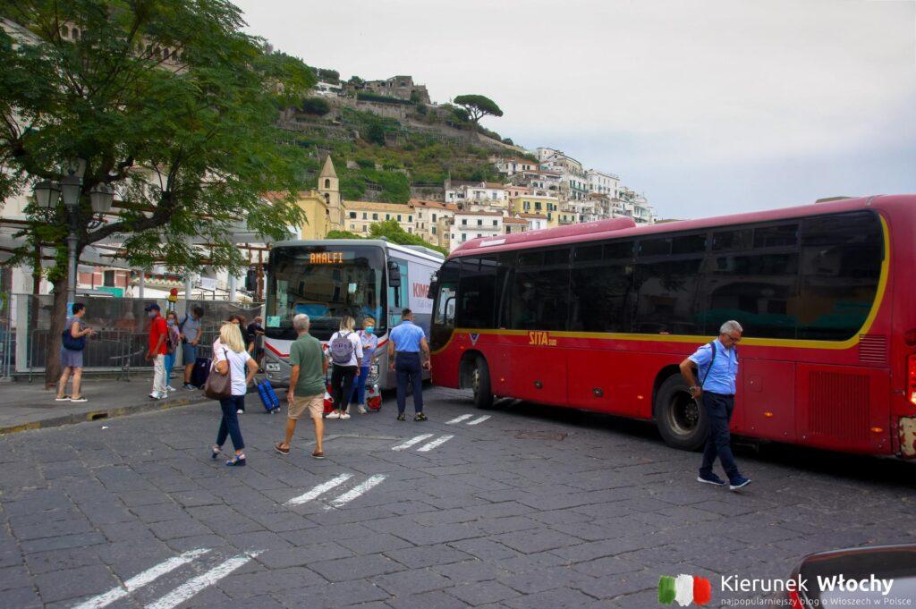 dworzec autobusowy w Amalfi - tutaj kierowcy autobusów mijają się na centymetry, Costiera Amalfitana, Włochy (fot. Łukasz Ropczyński, kierunekwlochy.pl)