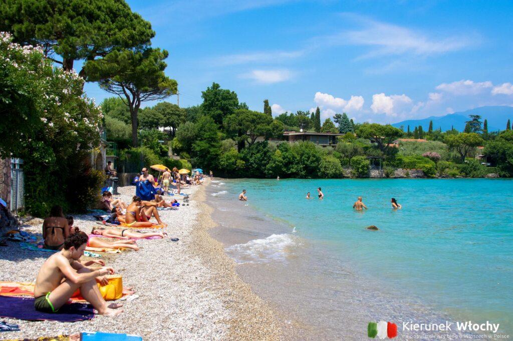 jezioro Garda, jak tu dojechać? Na zdjęciu plaża w Manerba del Garda, Włochy (fot. Ł. Ropczyński, kierunekwlochy.pl)