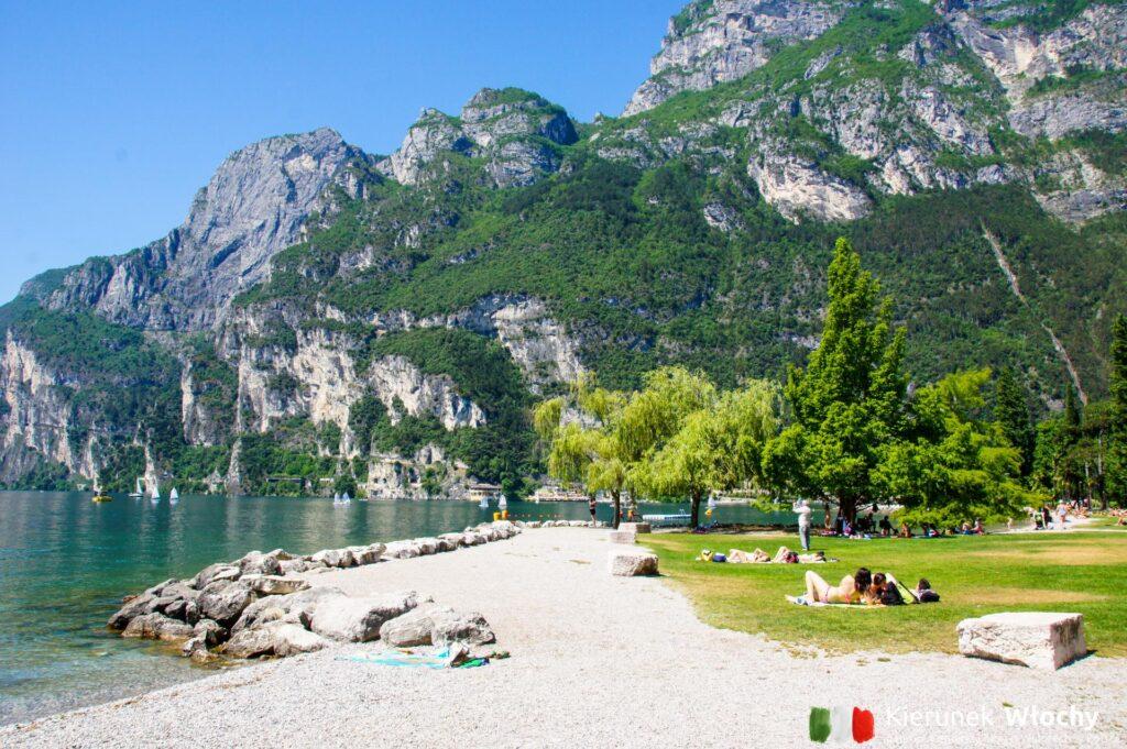plaża w Riva del Garda, Włochy (fot. Ł. Ropczyński, kierunekwlochy.pl)