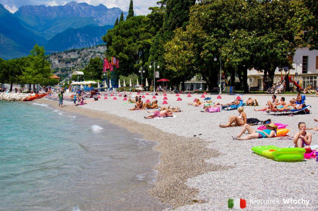 plaża w Torbole, Włochy (fot. Ł. Ropczyński, kierunekwlochy.pl)