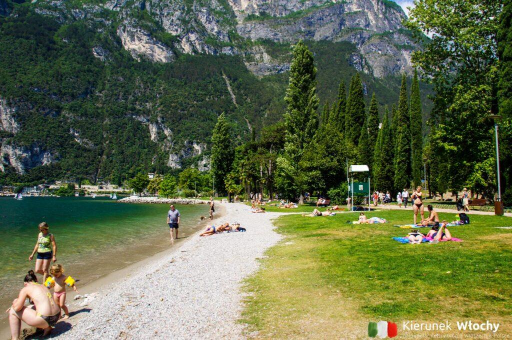 plaża w Riva del Garda, jezioro Garda, Włochy (fot. Ł. Ropczyński, kierunekwlochy.pl)