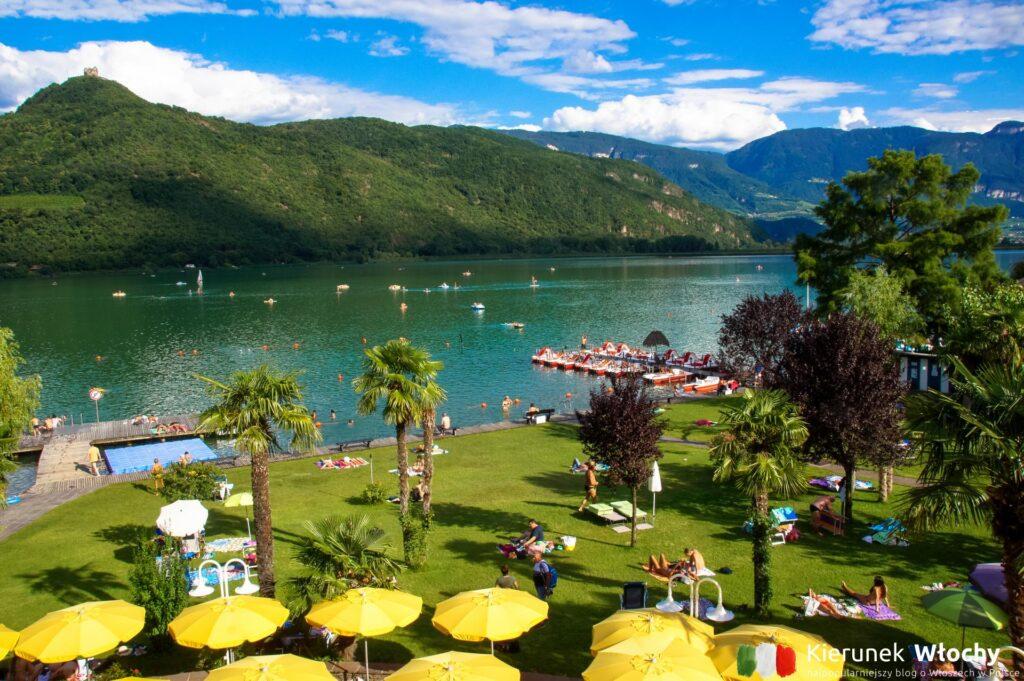 widok z naszego balkonu w hotelu Seegarten****, Kalterer See / Lago di Caldaro, Południowy Tyrol, Włochy (fot. Ł. Ropczyński, kierunekwlochy.pl)