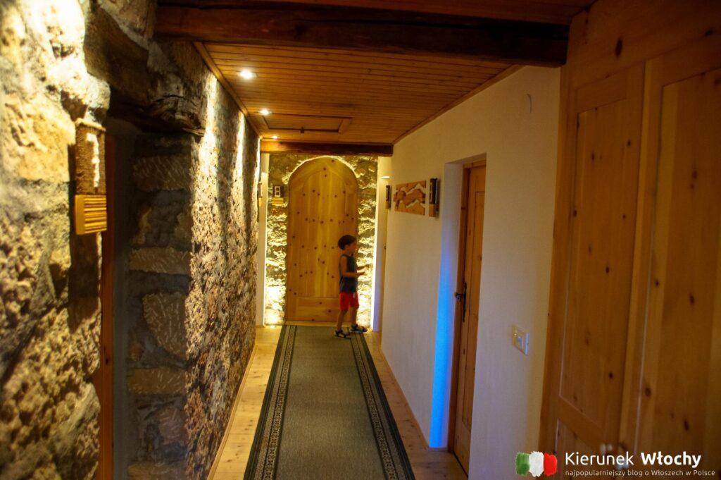 korytarz w hotelu Gasthof Waldbichl na wysokości 1500 m n.p.m. w Verano w pobliżu Merano, Południowy Tyrol, Włochy (fot. Ł. Ropczyński, kierunekwlochy.pl)