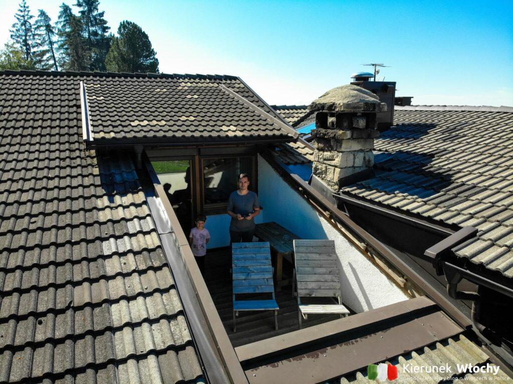 """nasz """"bardzo prywatny"""" balkon, a obok kuchenny komin, z którego kilka godzin przed kolacją unosiły się niesamowite zapachy (fot. Ł. Ropczyński, kierunekwlochy.pl)"""
