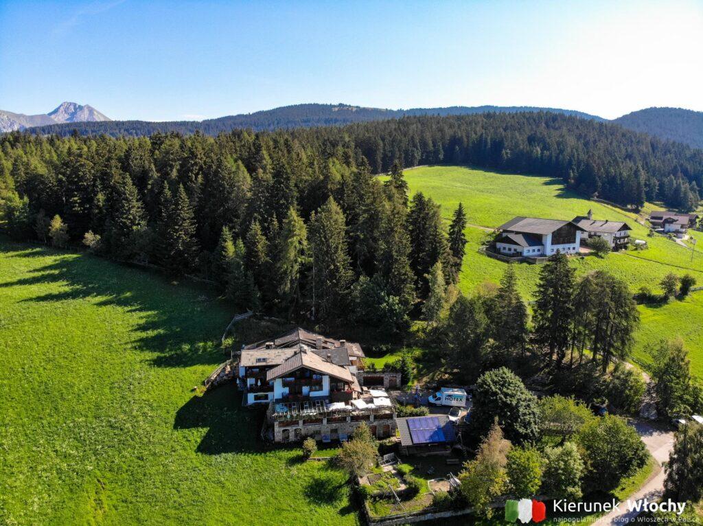 widok na nasz hotel na wysokości 1500 m n.p.m. w Verano w pobliżu Merano, Południowy Tyrol, Włochy (fot. Ł. Ropczyński, kierunekwlochy.pl)