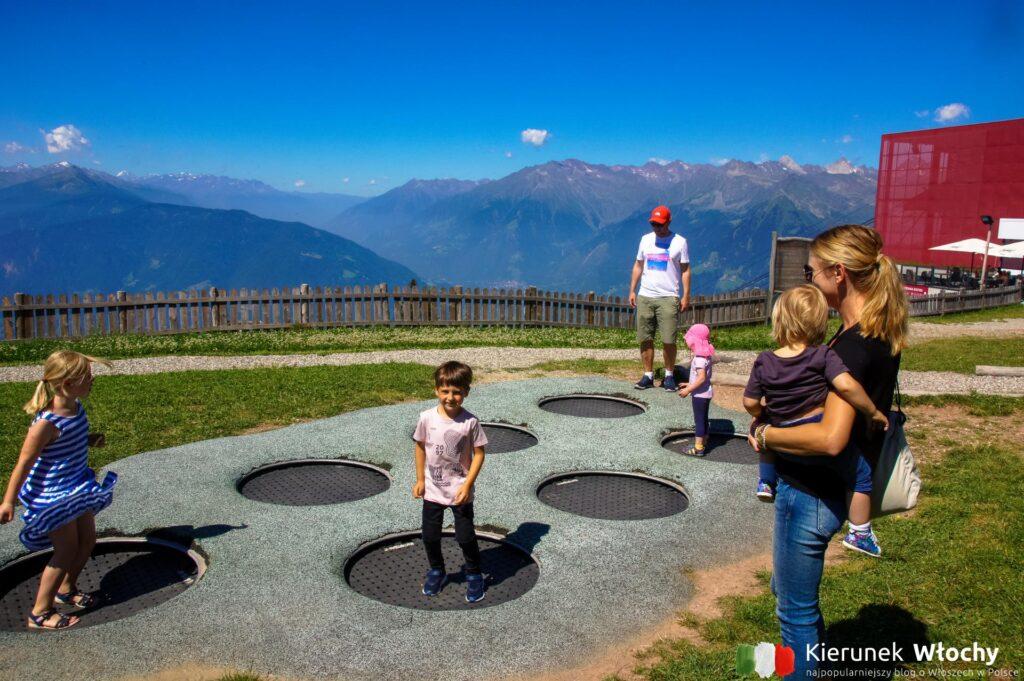 plac zabaw na płaskowyżu Merano 2000, w tle górna stacja kolejki, Południowy Tyrol, Włochy (fot. Ł. Ropczyński, kierunekwlochy.pl)