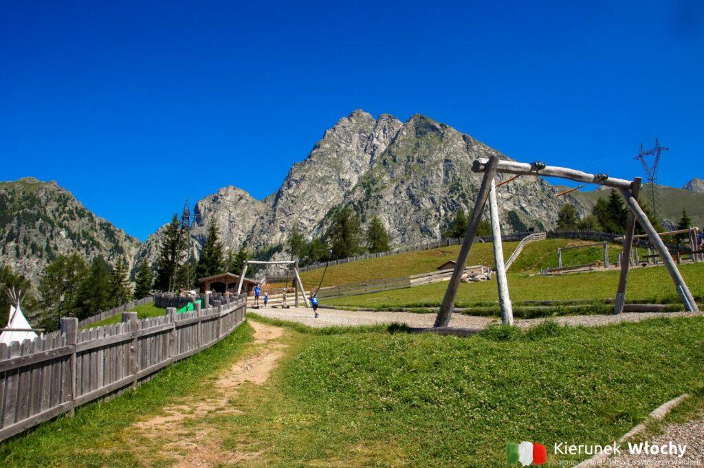 plac zabaw obok górnej stacji kolejki, Południowy Tyrol, Włochy (fot. Ł. Ropczyński, kierunekwlochy.pl)