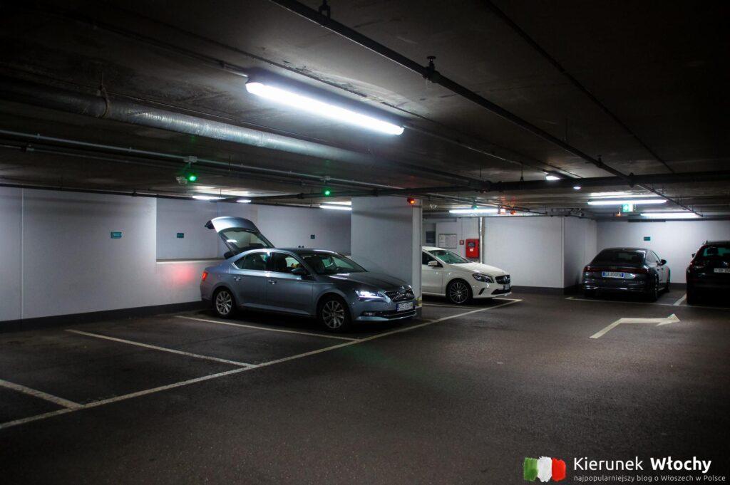 rzadko we Włoszech mamy taki komfort w parkowaniu w ścisłym centrum miasta, jak tutaj. Na zdjęciu parking przy Piazza Terme (fot. Ł. Ropczyński, kierunekwlochy.pl)
