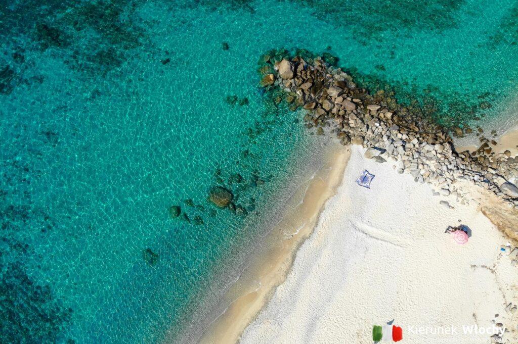 plaża w miejscowości Parghelia, Kalabria, Włochy (fot. Ł. Ropczyński, kierunekwlochy.pl)