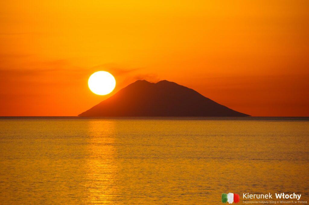 zachód słońca za wulkanem Stromboli, który codziennie podziwialiśmy z naszego tarasu, Kalabria, Włochy (fot. Łukasz Ropczyński, kierunekwlochy.pl)