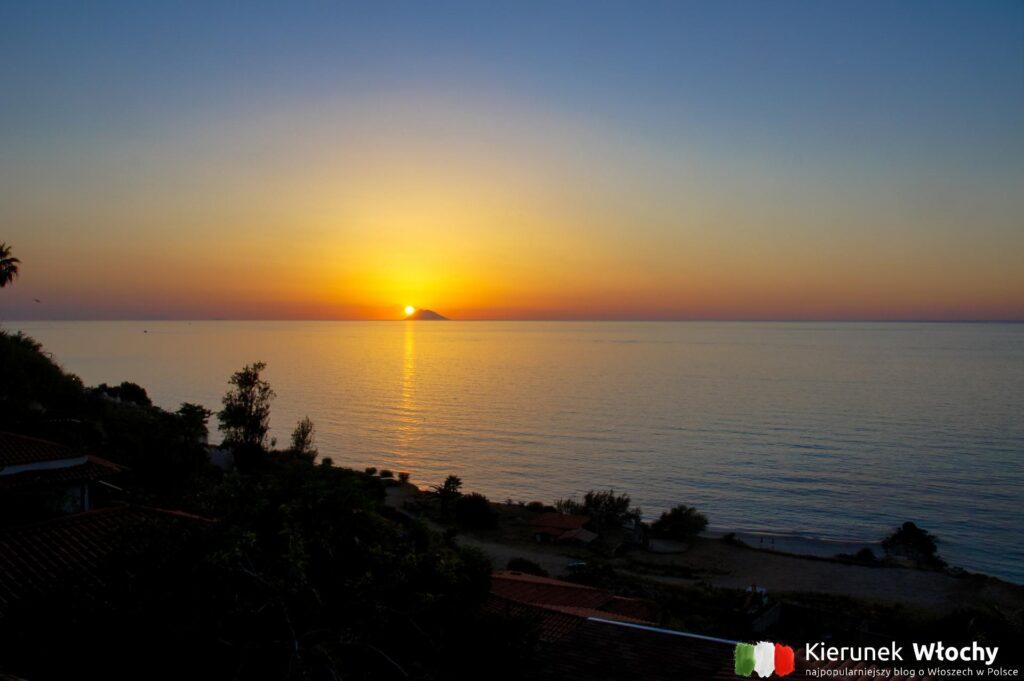zachód słońca w Kalabrii, wulkan Stromboli (fot. Ł. Ropczyński, kierunekwlochy.pl)
