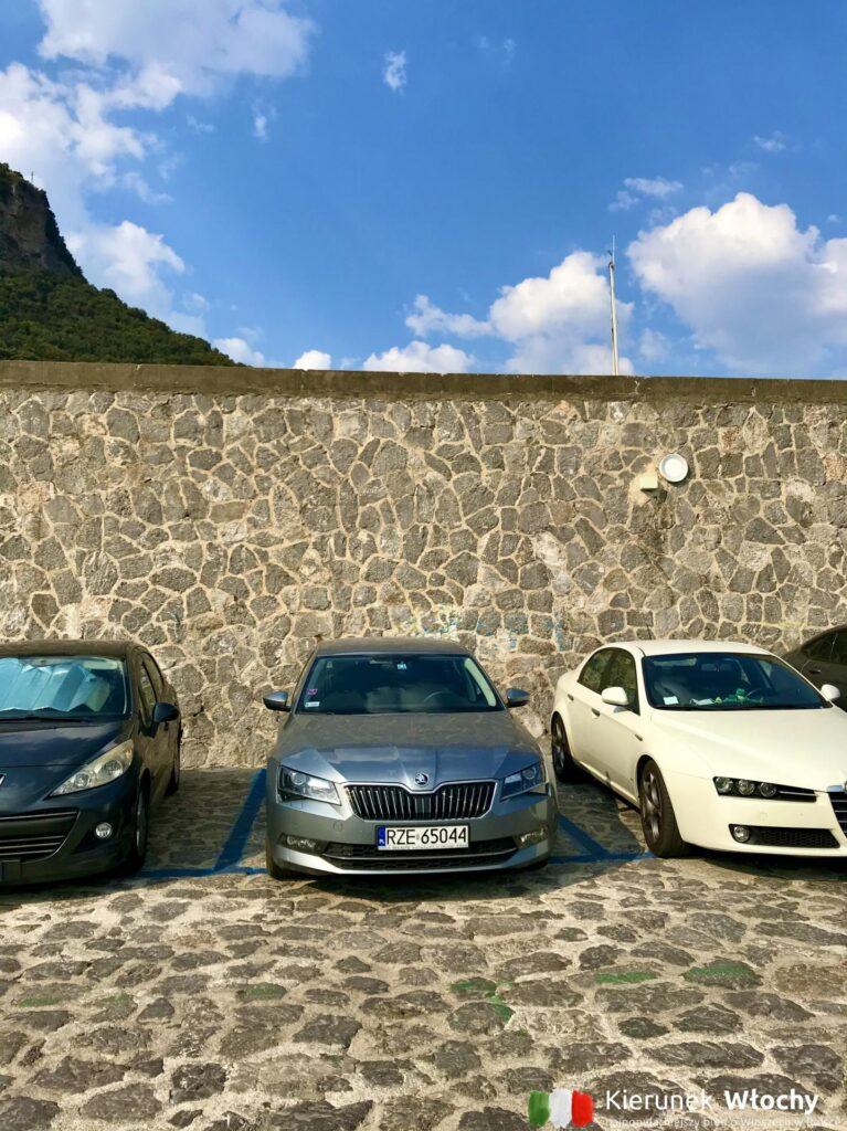 Parking w Amalfi, Wybrzeże Amalfitańskie. W Amalfi za każdym razem parkowałem na falochronie. Nawet w ostatnią niedzielę wakacji, chociaż wtedy musiałem czekać 15 minut przed szlabanem aż zwolni się miejsce. Tutaj - jak na Włochy - miejsca parkingowe są szerokie i bezpieczne (fot. Łukasz Ropczyński, kierunekwlochy.pl)