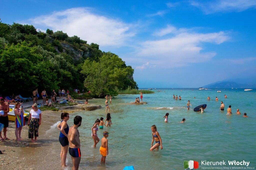 plaża w historycznym centrum Sirmione, jezioro Garda, Włochy (fot. Ł. Ropczyński, kierunekwlochy.pl)