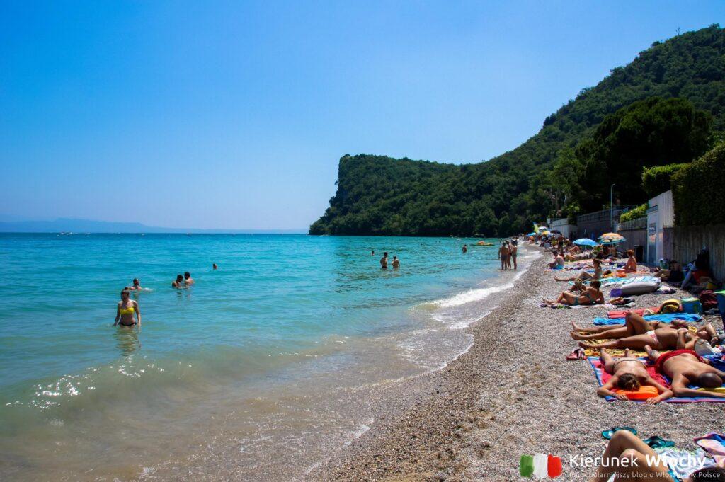 """Plaża """"Pisenze"""" w Lido di Manerba, jezioro Garda, Włochy (fot. Ł. Ropczyński, kierunekwlochy.pl)"""