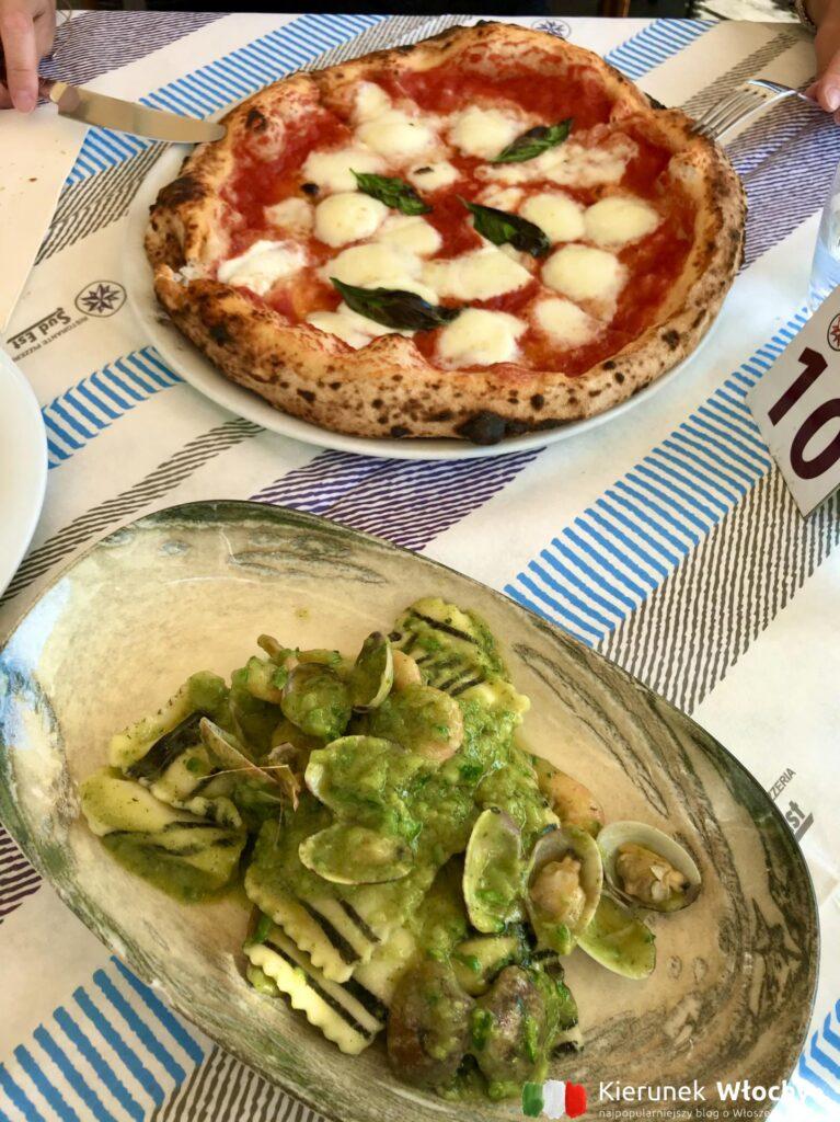 u góry pizza Bufalina z pomidorami i mozzarellą di bufala (fot. Ł. Ropczyński, kierunekwlochy.pl)