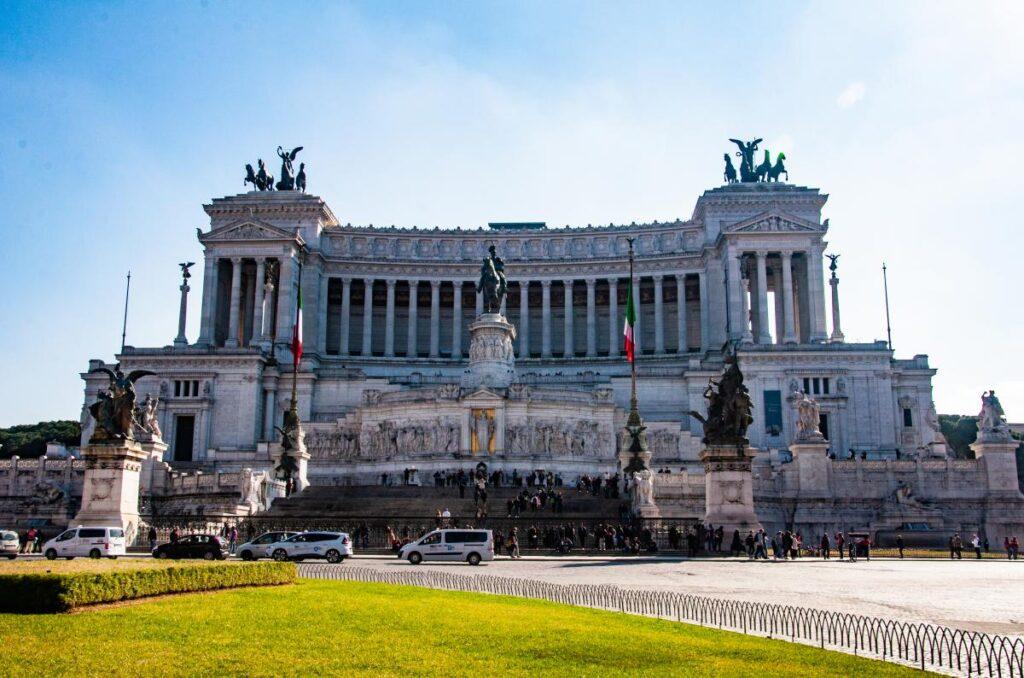Rzym, Ołtarz Ojczyzny, statua Wiktora Emanuela II (fot. Sarah Nichols)