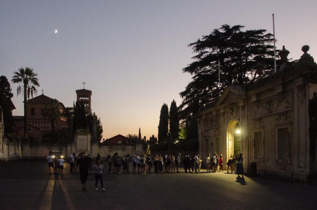wieczorna kolejka do słynnej dziurki od klucza w Rzymie (fot. Eric Parker)