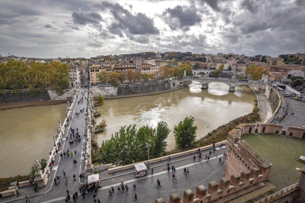 widok na Tyber i Most Św. Anioła z Zamku Anioła w Rzymie (fot. Teseum)