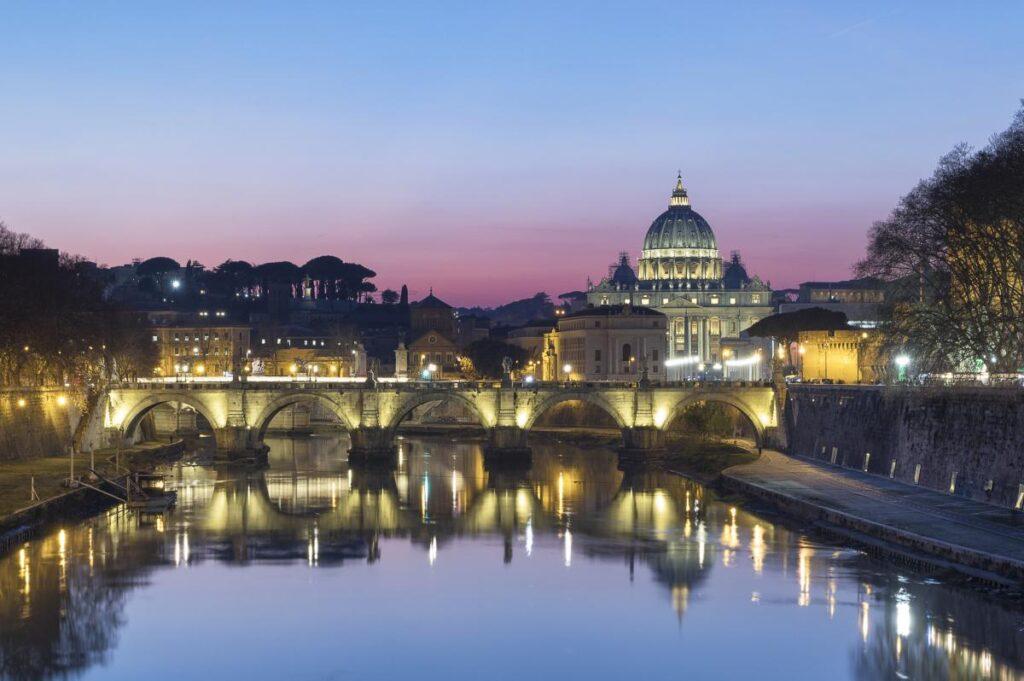 jeden z najpiękniejszych kadrów w Rzymie. Widok z nad Tybru w stronę Bazyliki św. Piotra (fot. Michele Rinaldi)