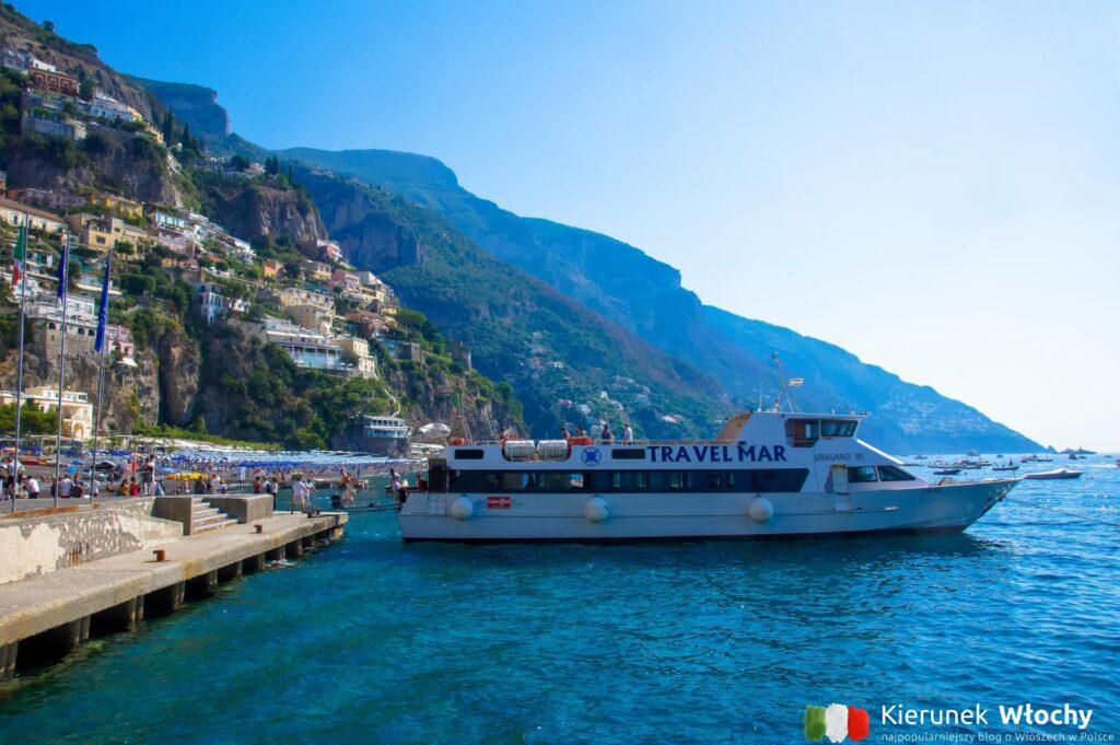 statek Travelmar wypływający z Positano, Wybrzeże Amalfi, Włochy (fot. Łukasz Ropczyński, kierunekwlochy.pl)