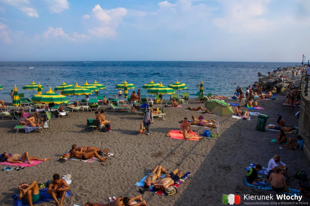 miejska plaża w Amalfi (fot. Ł. Ropczyński, kierunekwlochy.pl)