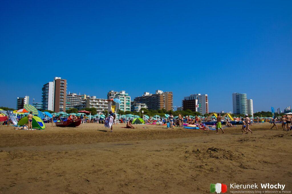 plaża z leżakami od Aparthotel Albatros*** w Lignano, noclegi we Włoszech (fot. Łukasz Ropczyński, kierunekwlochy.pl)