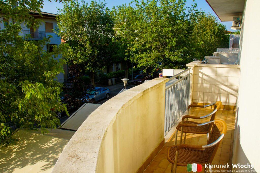 widok z naszego balkonu w Hotelu Aurora, noclegi we Włoszech (fot. Łukasz Ropczyński, kierunekwlochy.pl)